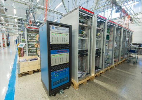 Un simulador en tiempo real conectado a cubículos de control HVDC a través de E/S analógicas y digitales.